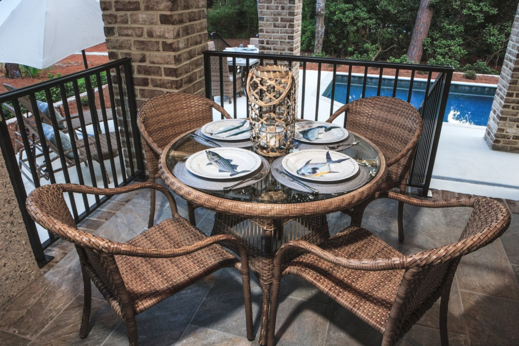 HOLIDAY COLLECTION – DINING SET IN FIELDSTONE Image